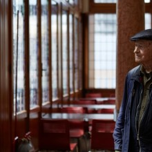 "JONAS MEKAS in front of ""n an instant it all came back to me"". 768 sildes, courtesy galerieEXPERIMENTAL. Photo: Giulio Favotto - otium"